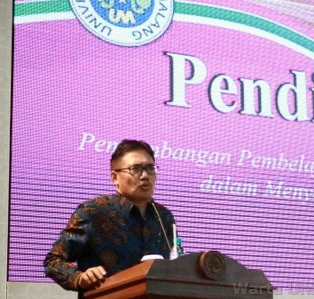 Wakil Rektor I UM, Prof. Dr. Hariyono, M.Pd memberikan materi seminar di Graha Cakrawala UM