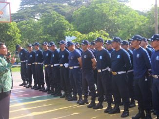 Kasubbag Rumah Tangga UM Ahmad Mu'am, S.Pd, memberikan pengarahan kepada jajaran Satuan Pengamanan (Satpam) UM pada apel (15/1//2016)