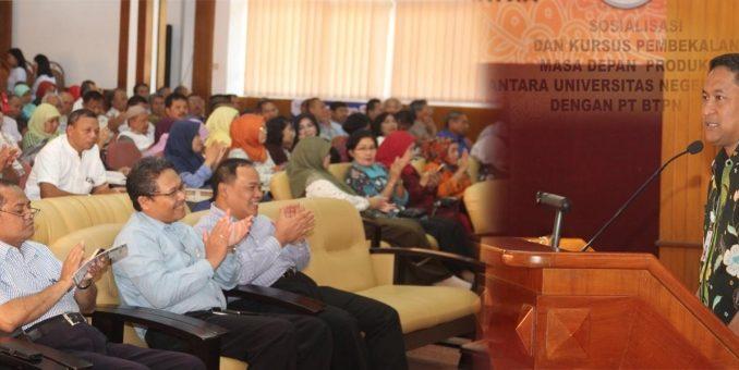 Rizal Fadli (BTN) memberikan presentasi dihadapan para pimpinan UM