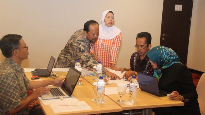 Para Penyunting Jurnal UM melakukan penyuntingan bersama. kegiatan ini dimaksudkan untuk menjaga eksistensi jurnal ilmiah UM di kancah nasional