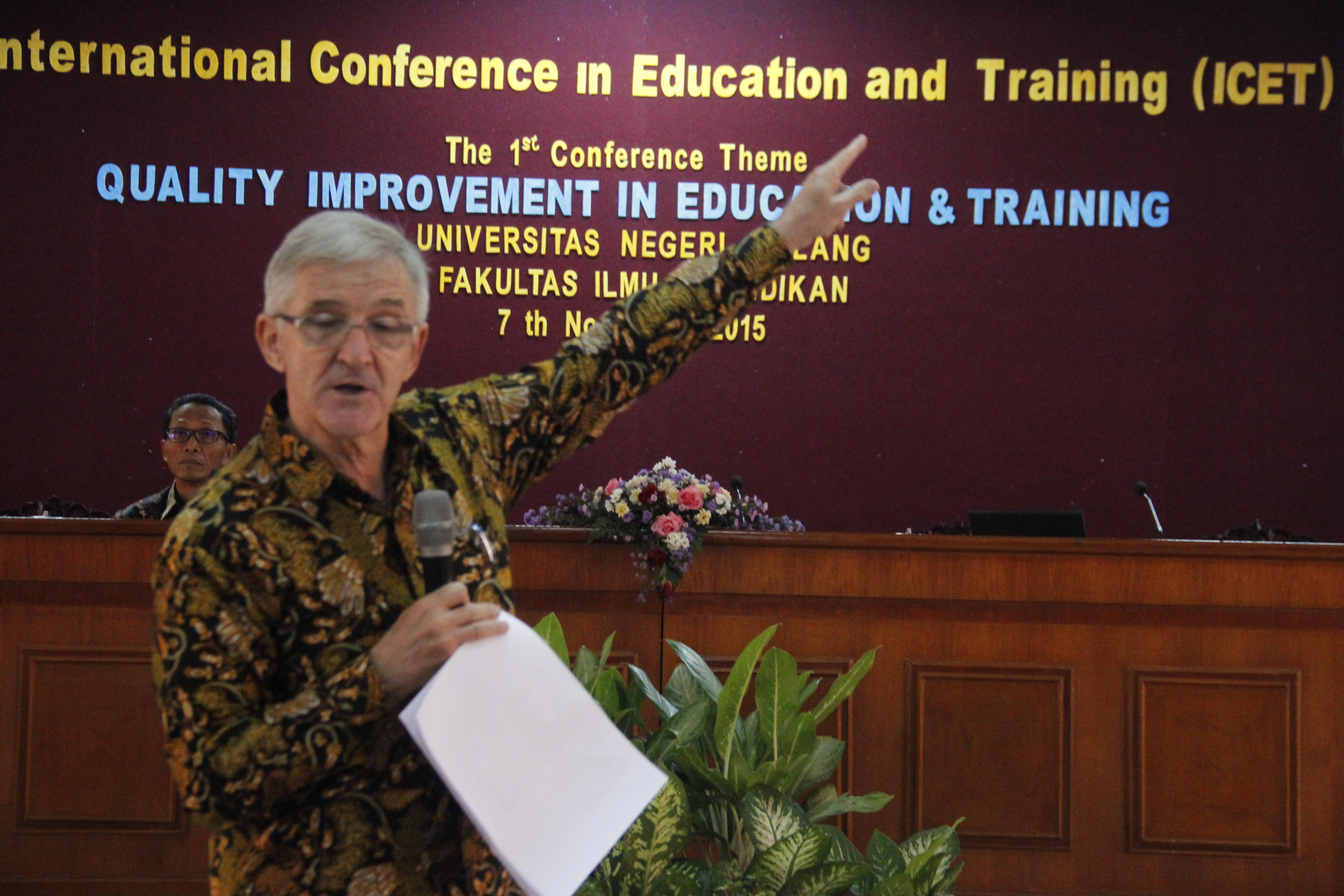 Mr. Sturt Weston, dari Inggris Direktur Program Prioritas, USAID. USA.