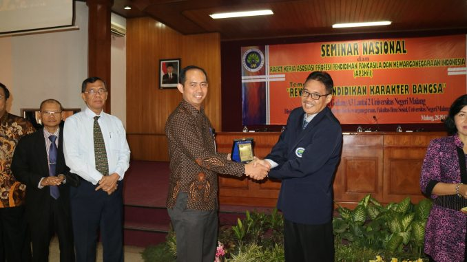 WR I UM, Prof. Dr. Hariyono, M.Pd memberikan cinderamata kepada narasumber