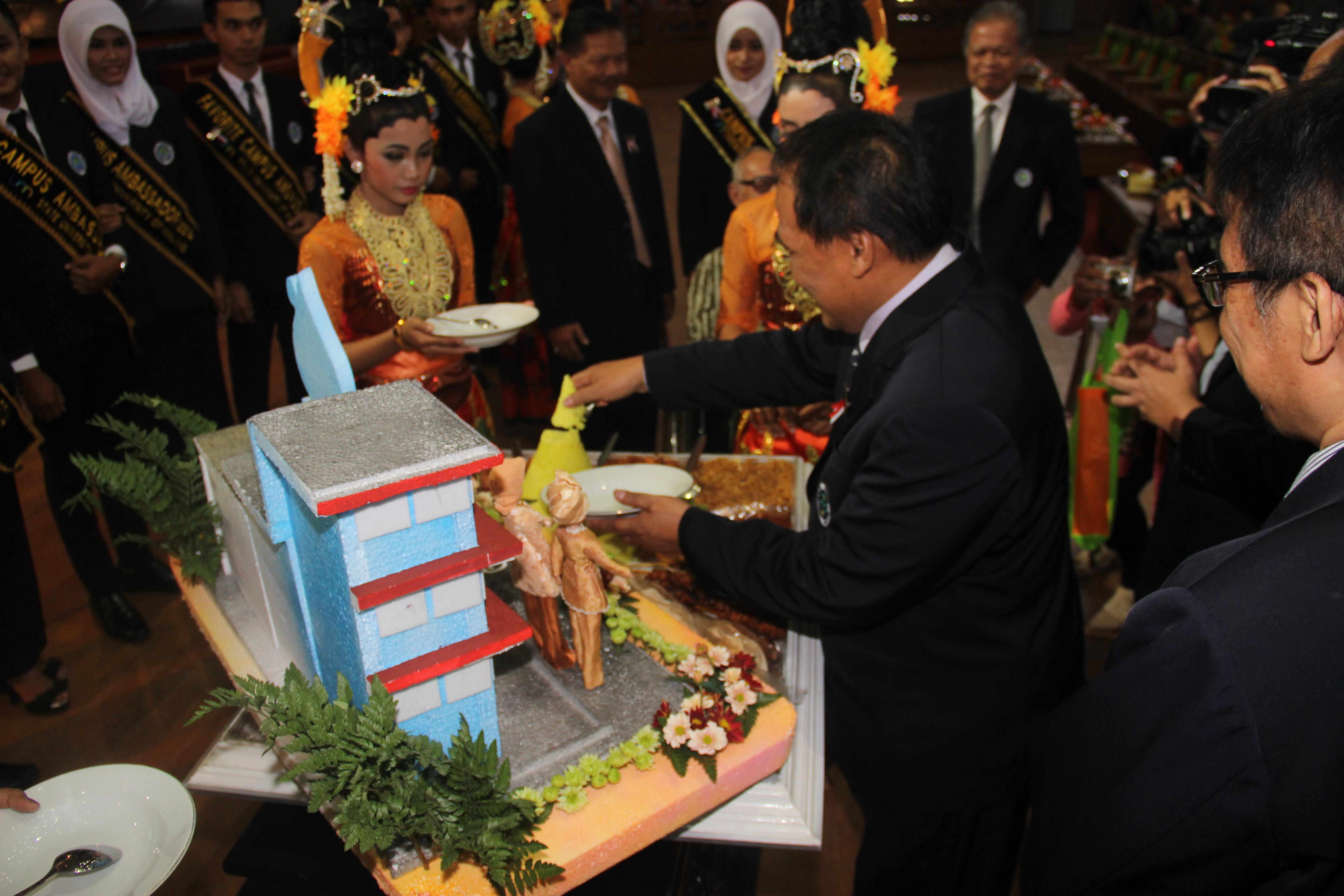Pemotongan tumpeng oleh Rektor UM dalam acara Dies Natalis UM ke-61
