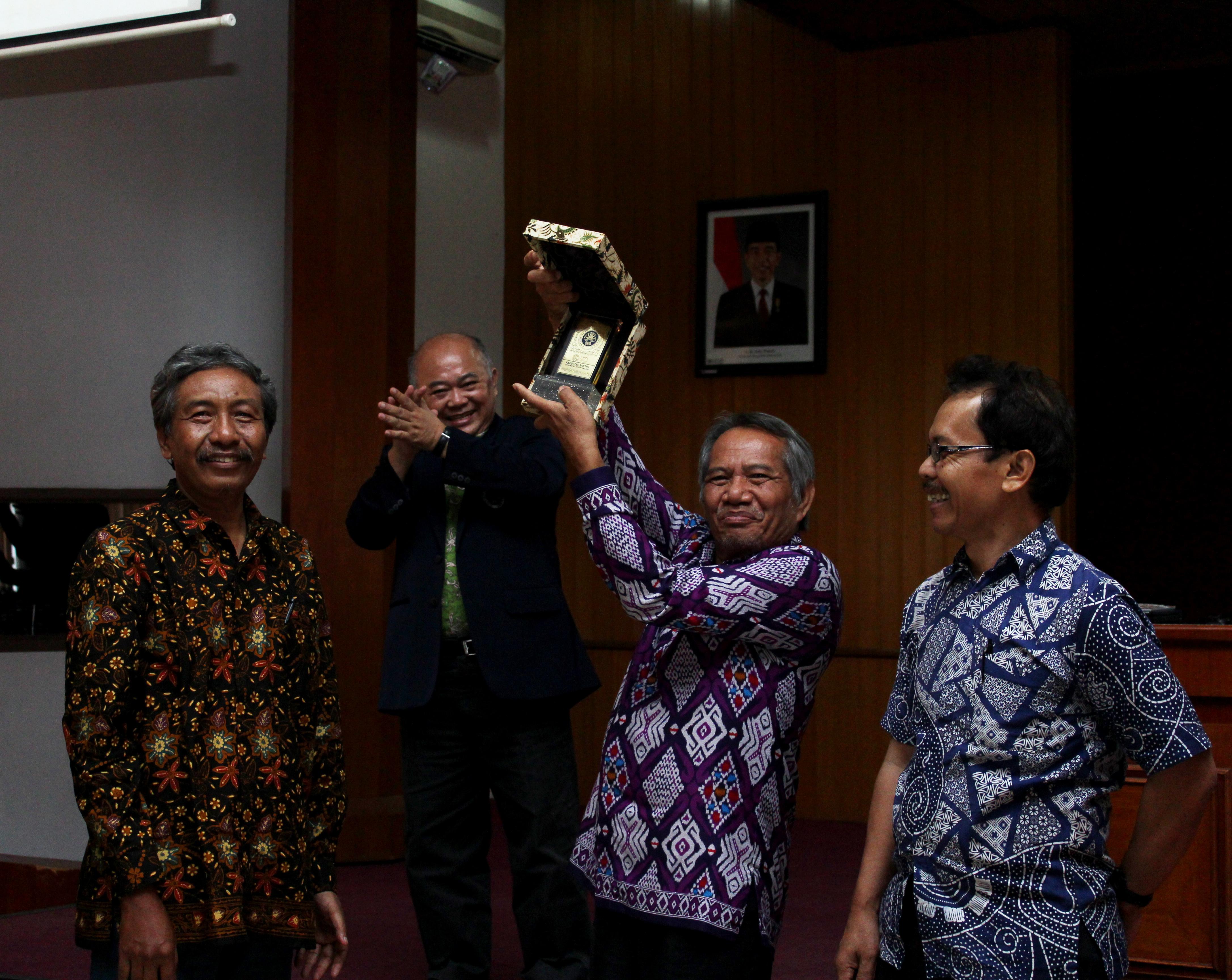Dr. Hariyanto selaku Ketua Jurusan Seni dan Desain UM memberikan cinderamata kepada narasumber